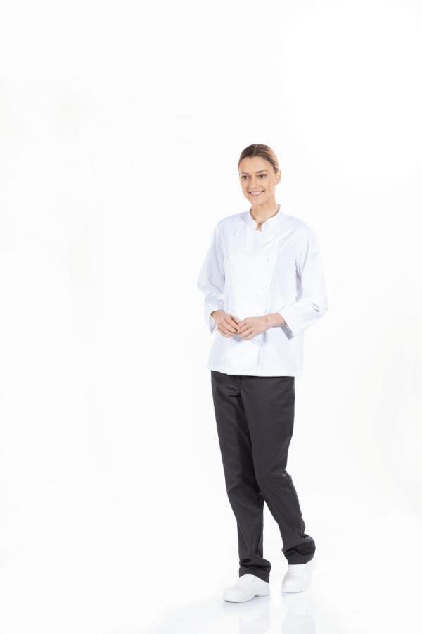 Senhora vestida com jaleca branca para ser usada em fardas de cozinha