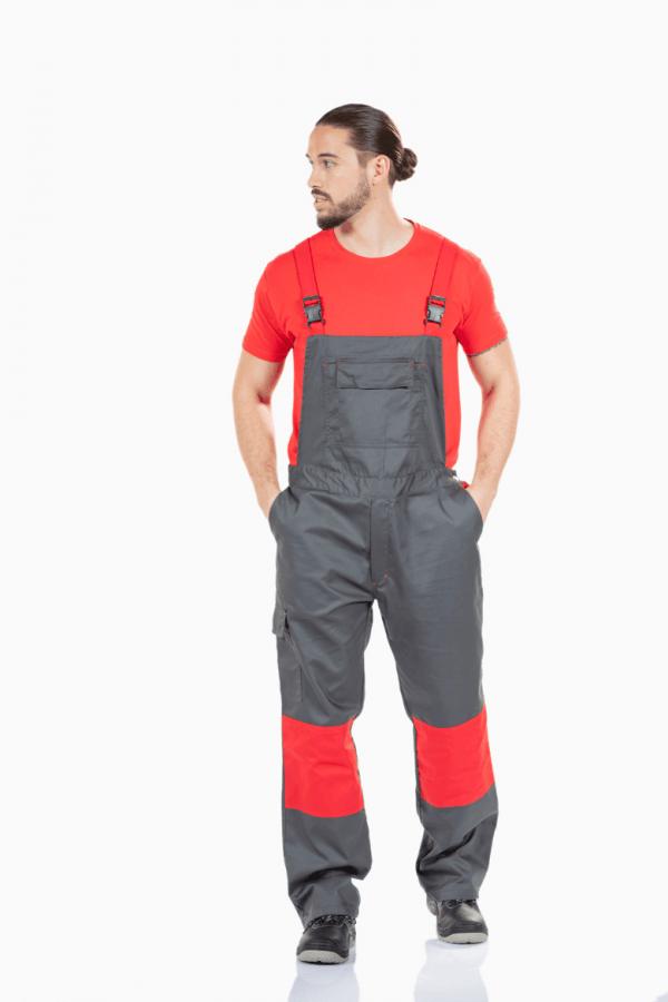 Homem com jardineiras de trabalho para