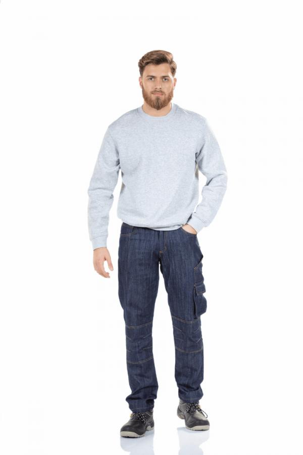 Homem veste um sweatshirt cinzenta e calças de ganga para farda de trabalho