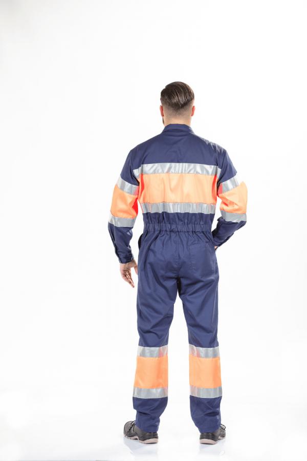 Homem com fato macaco com refletores de cor laranja para uniforme de trabalho