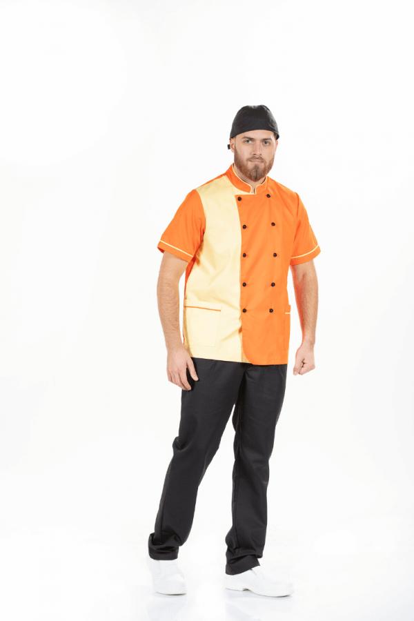 Homem vestido com uma das Jalecas para uniforme para hotelaria e restauração