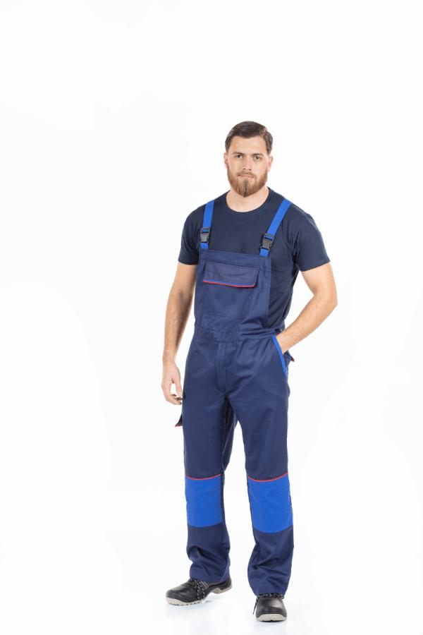 Homem vestido com uma jardineira com reforço nos joelhos para farda de trabalho