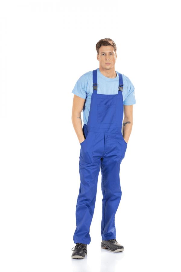 Homem vestido com Jardineira Masculina para farda de trabalho