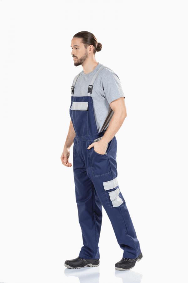 Homem com jardineira multibolsos de cor azul e bolsos laterais em cinzento