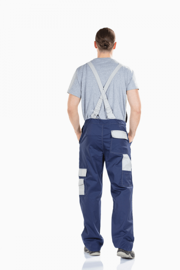 Homem Vestido com Jardineira multibolsos para farda de trabalho