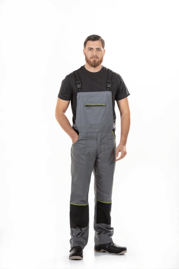 Homem vestido com uma jardineira de trabalho na cor cinza com contrastes a preto para farda