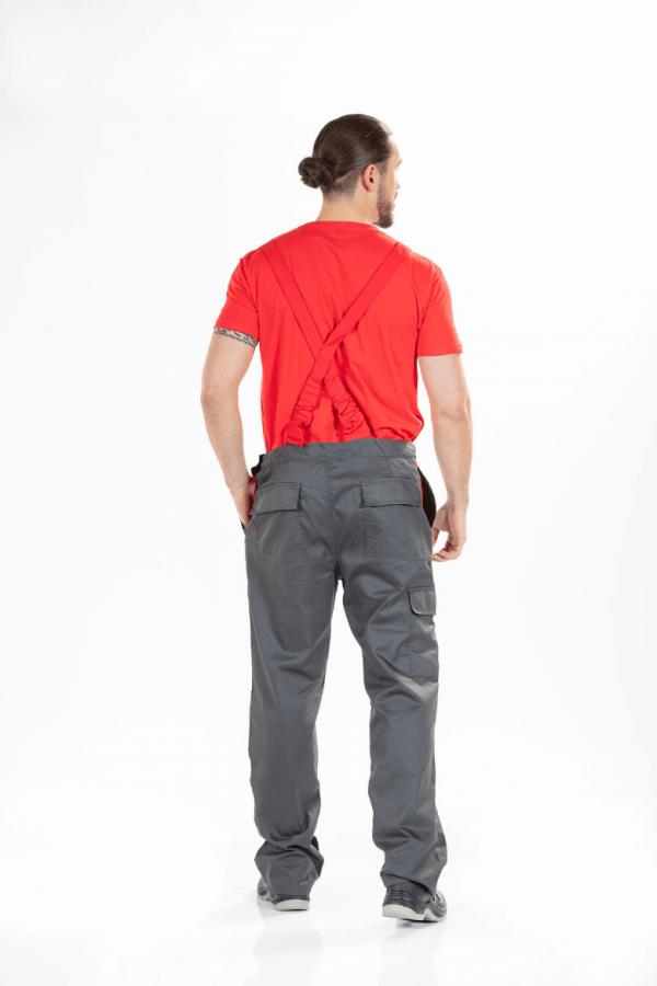 Homem vestido com jardineiras de trabalho na cor cinzenta