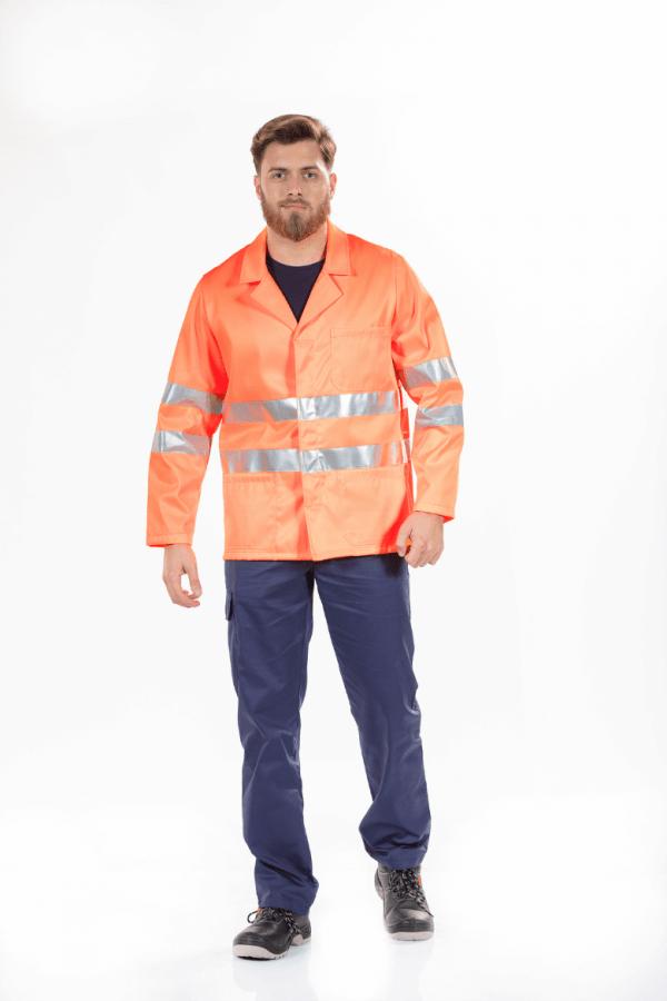 Homem a vestir um casaco para roupa de trabalho de alta visibilidade