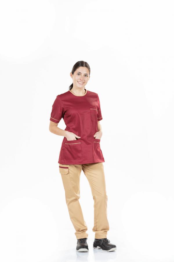 Senhora vestida com túnica feminina para uniforme de trabalho