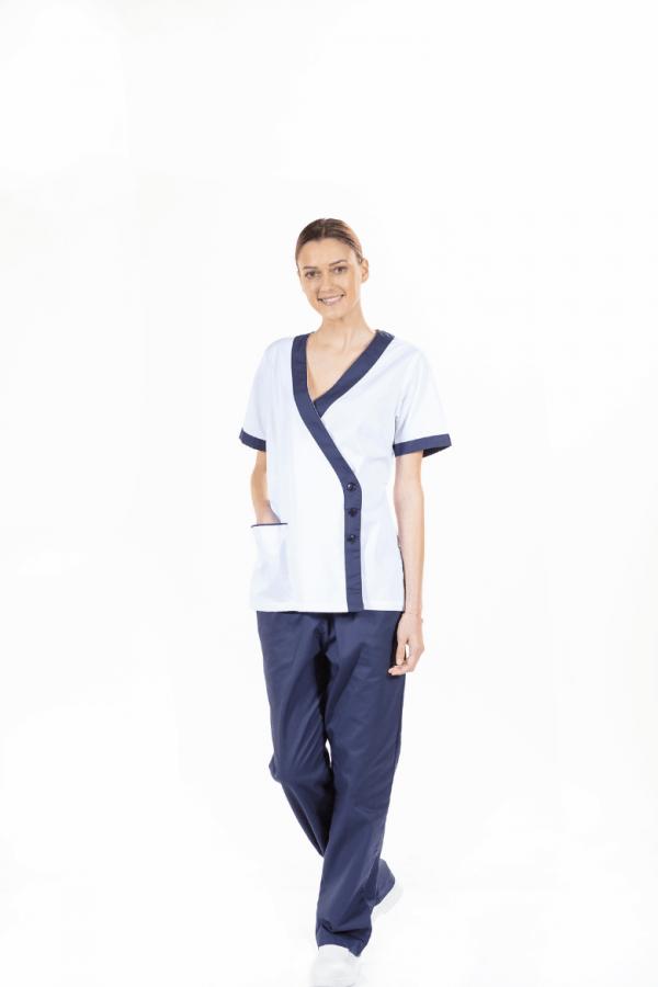 Senhora vestida com túnica médica de cor branca com contraste em azul