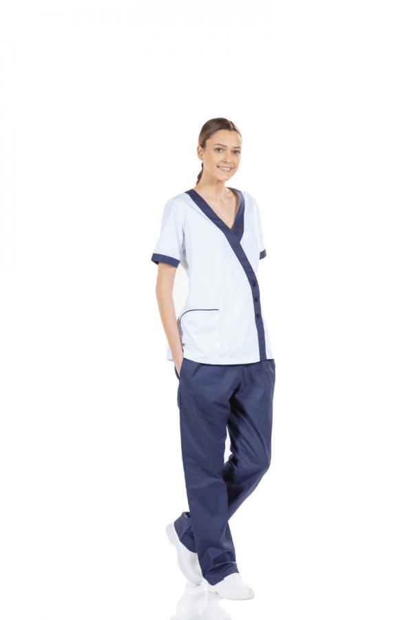 Senhora vestida com uma túnica hospitalar de cor branca com contraste azul