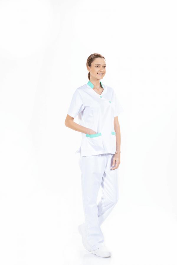 Senhora vestida com túnica médica com manga curta de cor branca para farda hospitalar