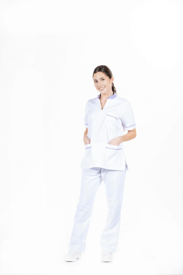 Senhora vestido com uma túnica de enfermeira e uma calça branca hospitalar