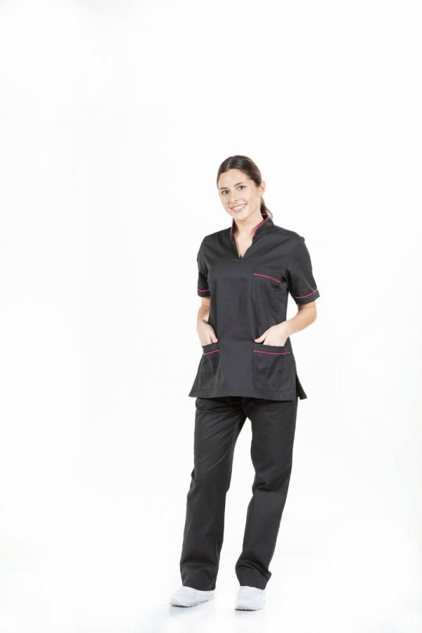 Senhora vestida com túnica para farda de trabalho de cor preta