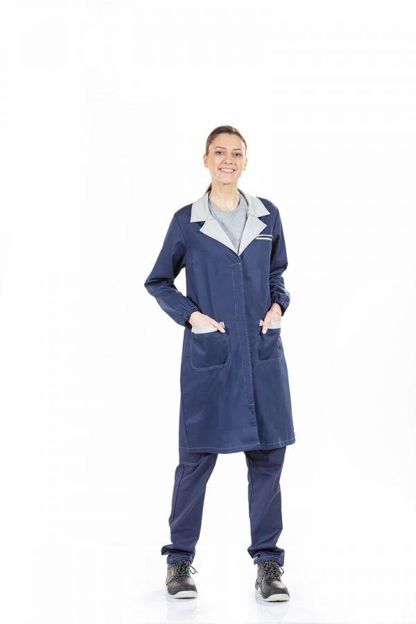 Senhora vestida com fardas de trabalho industria fabricada pela Unifardas