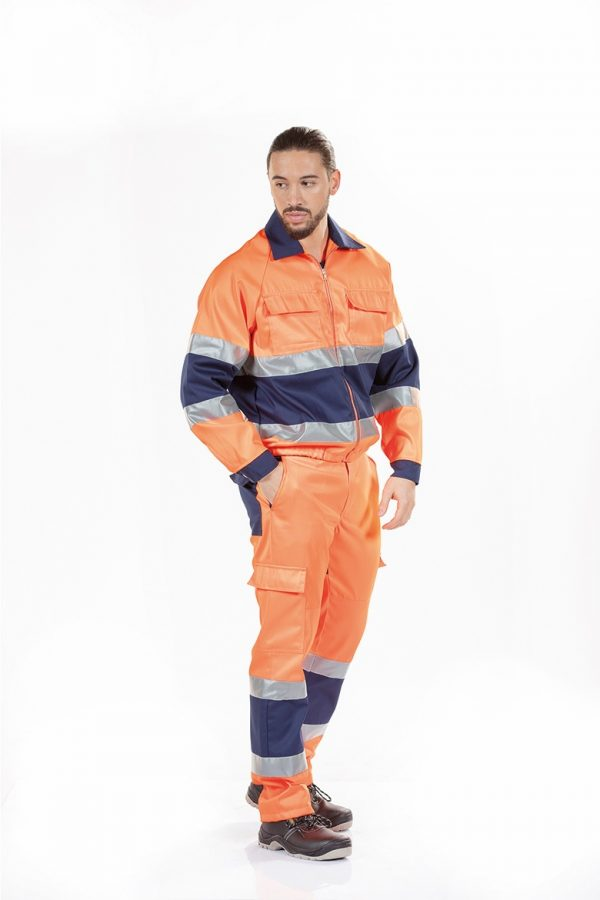 Homem a usar um blusão de alta visibilidade para farda de trabalho