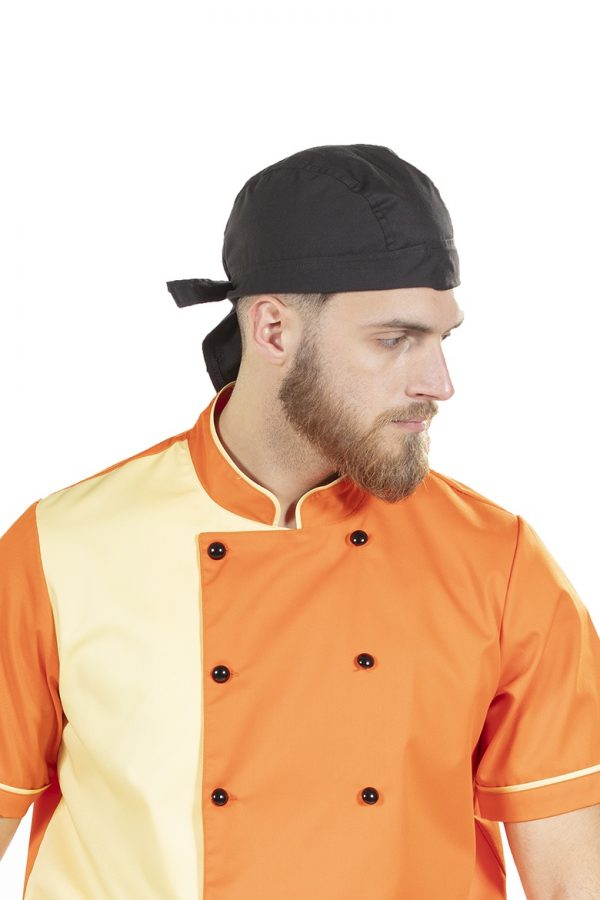 Cozinheiro a usar lenço de pirata preto para farda
