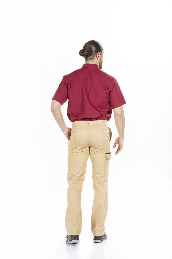 Homem vestido com calça de trabalho com bolso na perna