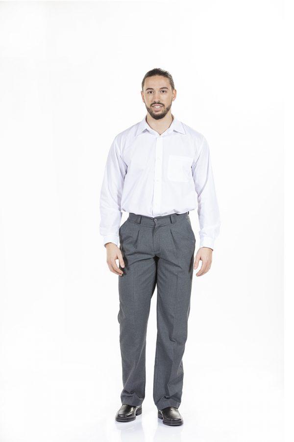 Homem com camisa de manga comprida para farda