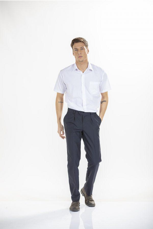 Homem com camisa branca de manga curta para farda de trabalho