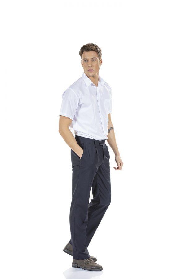 Homem com calça de trabalho clássica para hotelaria