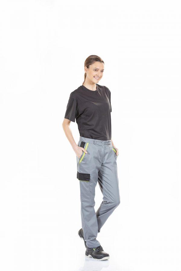Senhora vestida com calça com bolso lateral para farda de trabalho