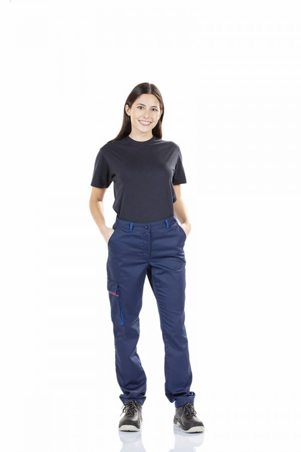 Trabalhadora vestida com uma calça de senhora para farda de trabalho
