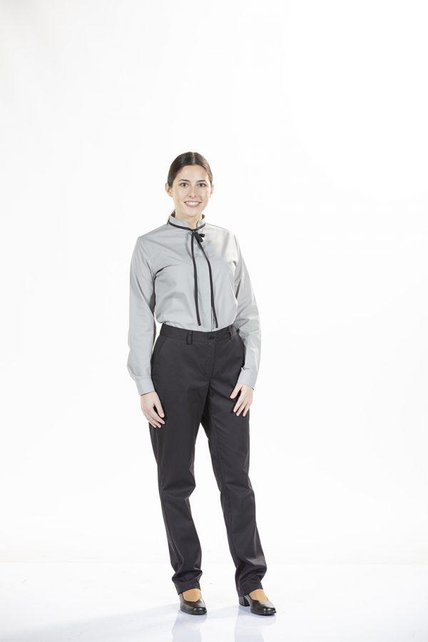 Senhora com calças de chino pretas para uniforme profissional