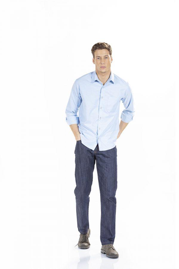 Homem vestido com camisa slim fit para farda de trabalho