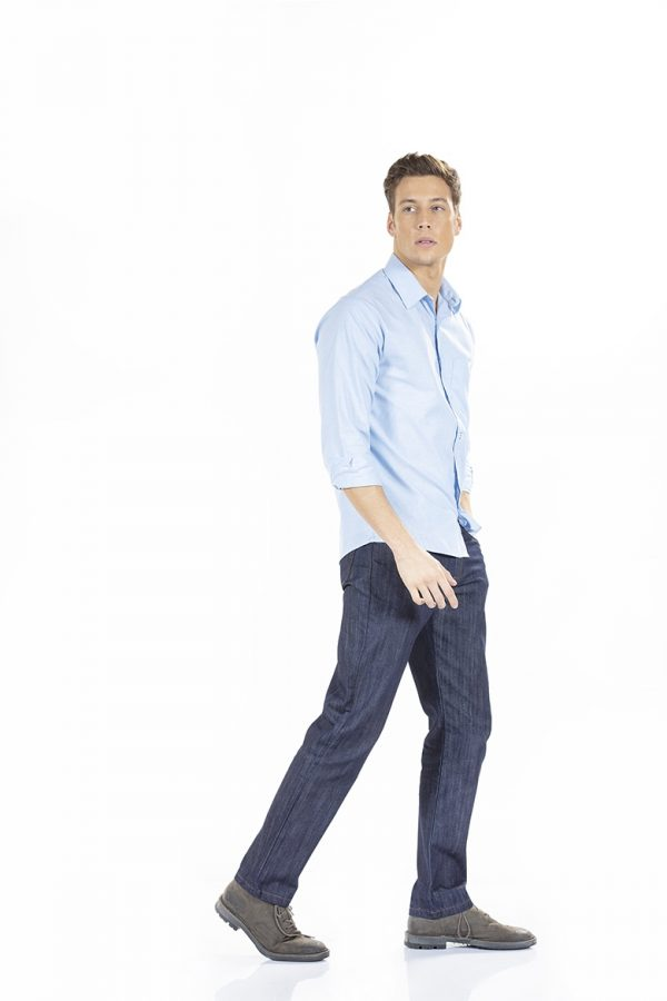 Homem com uma camisa Slim Fit para Uniforme de Trabalho