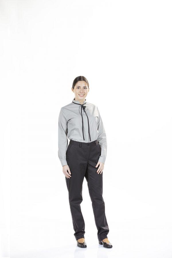 Senhora com camisa de manga comprida para ser usada como Uniforme de trabalho