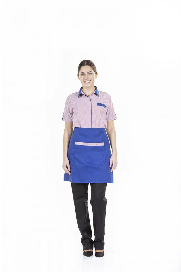 Senhora com avental de cozinha de cor azul para restauração