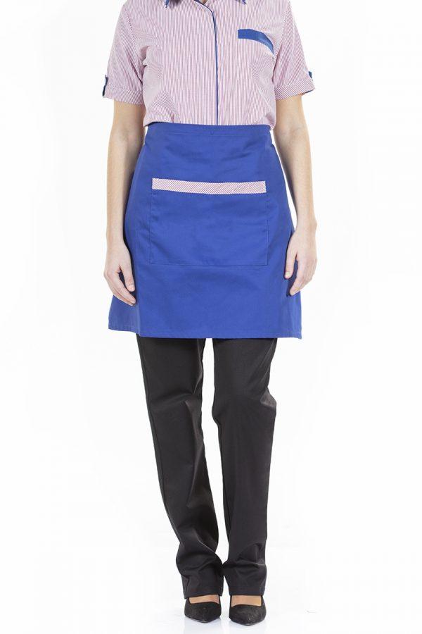 Senhora com avental azul para restaruação