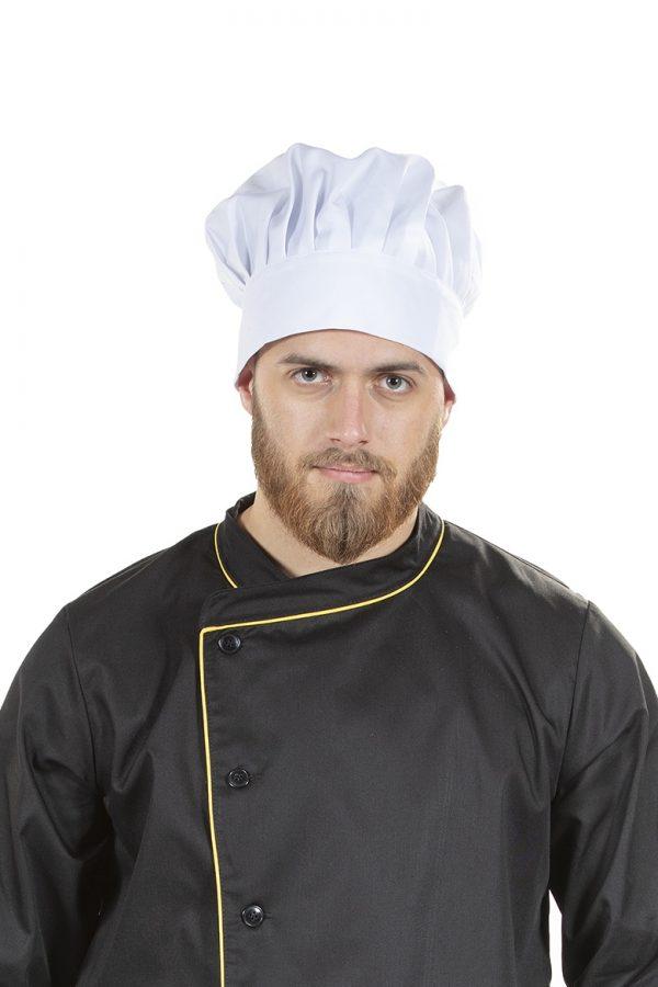 Homem a usar chapéu de cozinheiro na cor branca