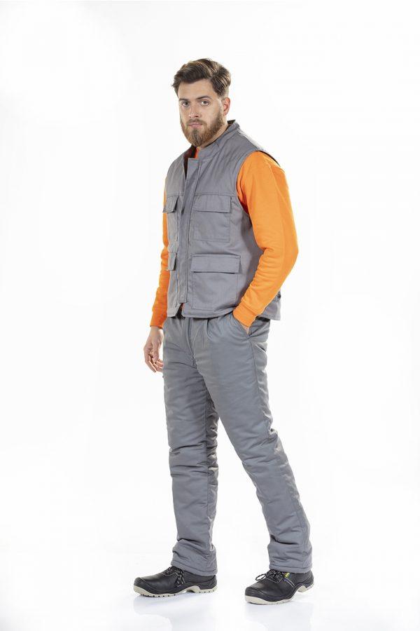 Homem vestido com colete de trabalho acolchoado de cor cinza