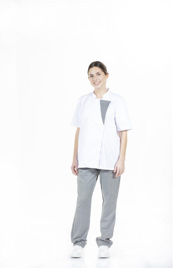 Senhora vestida com uma jaleca e um calça para farda de cozinheiro