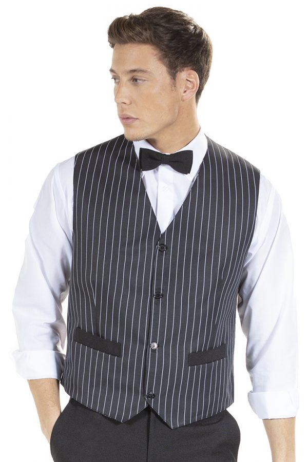 Homem a usar laço preto para uniforme profissional