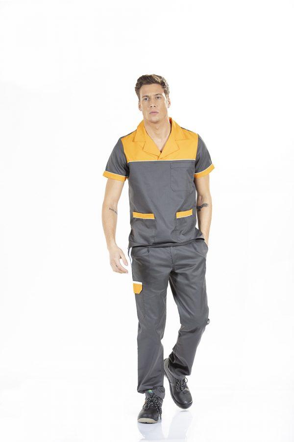 Homem vestido com tunica unissexo de manga curta