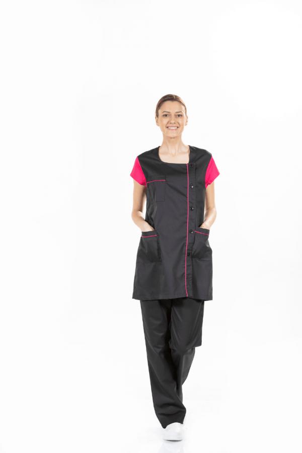 Senhora vestida com bata e calça de cor preta para uniforme de estética