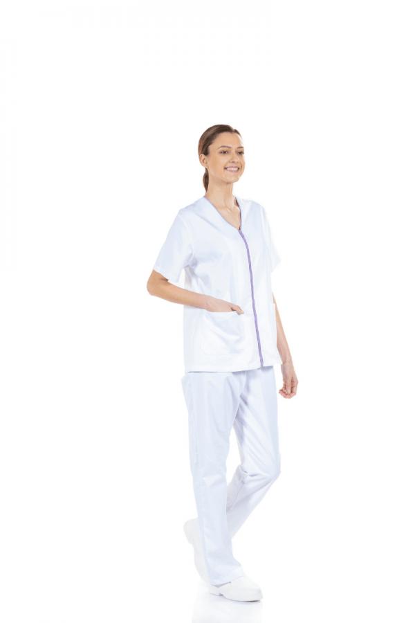 Senhora vestida com um casaco para uniforme hospitalar feminino de manga curta