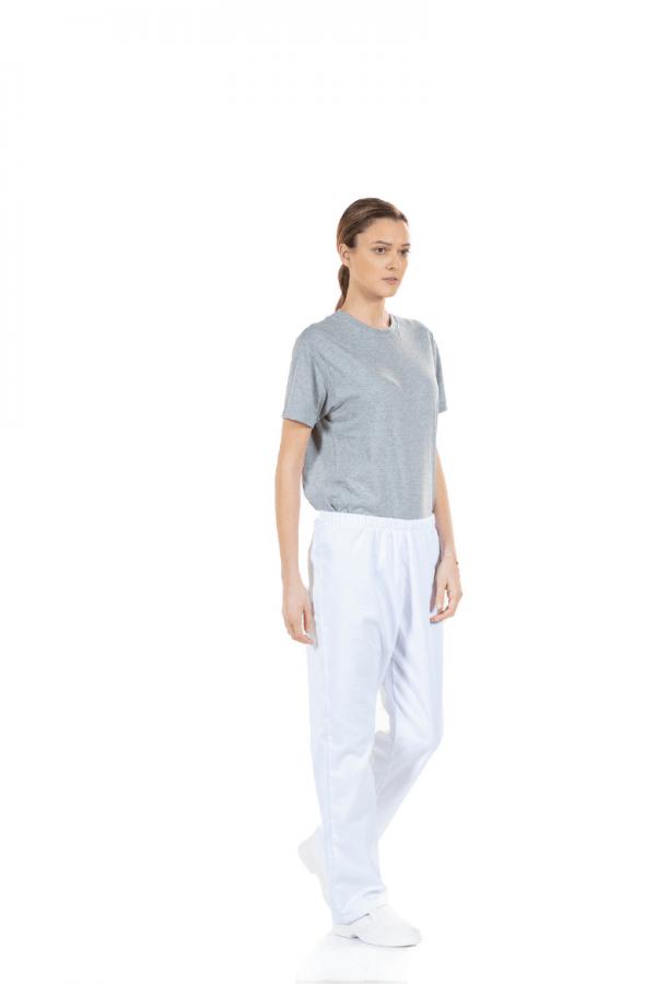 Senhora vestida com uma calça branca feminina para enfermagem