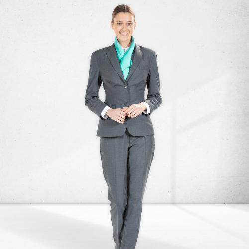 Senhora vestida com blazer e calça clássica na cor cinza para roupa de trabalho