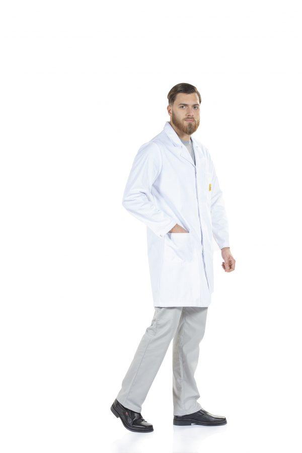 Homem vestido com uma bata antiestática para a área da indústria