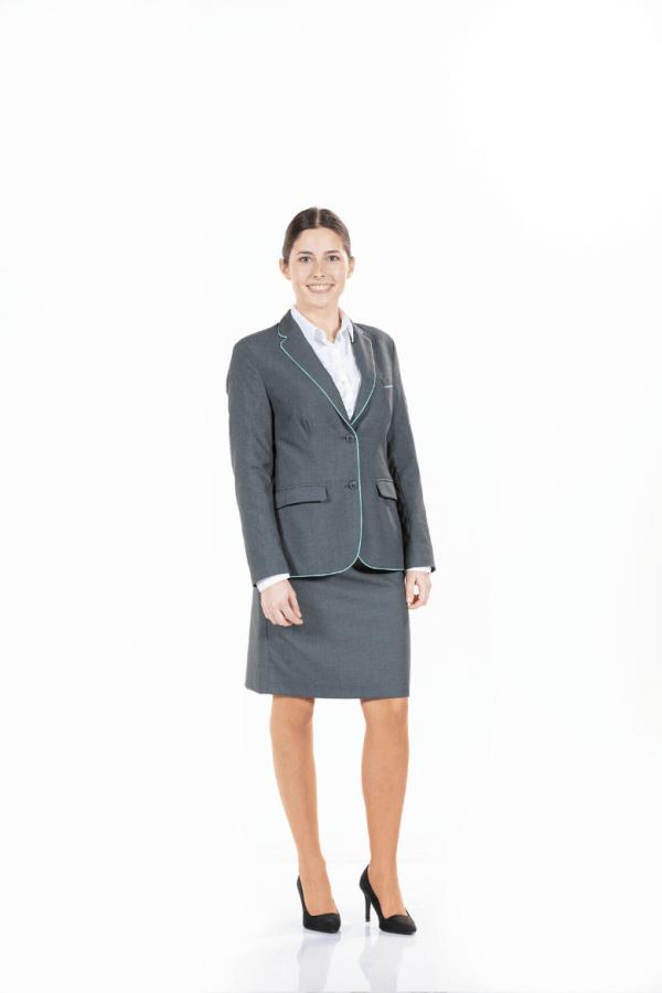 Senhora vestida com uma farda de hotelaria da Unifardas