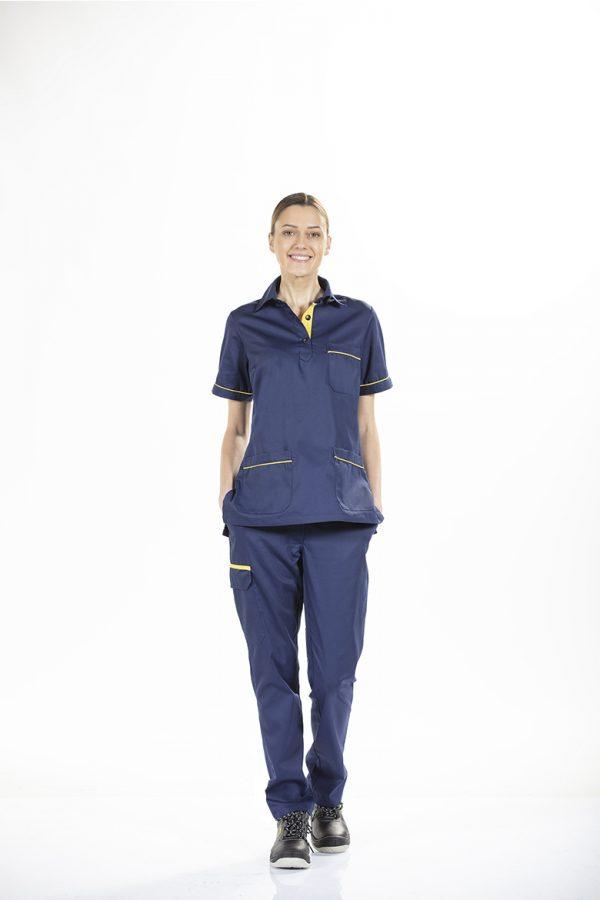 Trabalhadora com calça de sarja feminina para farda de trabalho da Unifardas