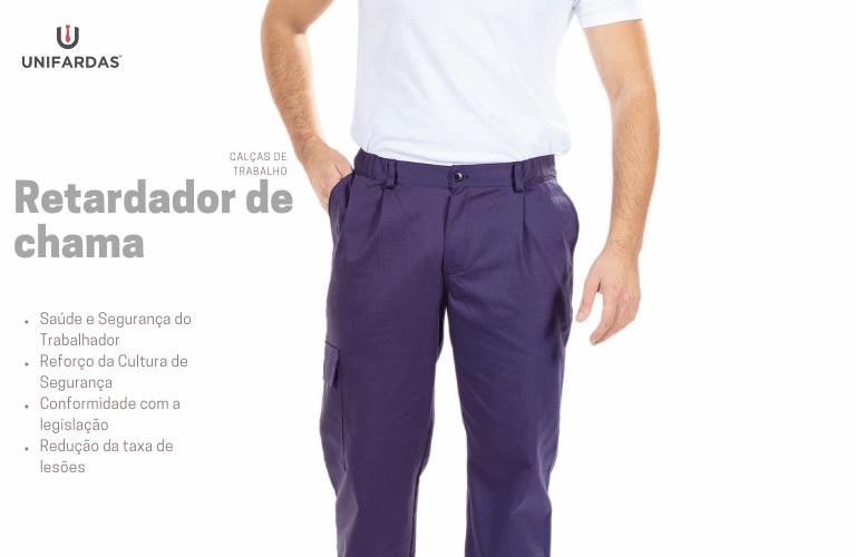 Homem vestido com calças de trabalho com retardador de chama