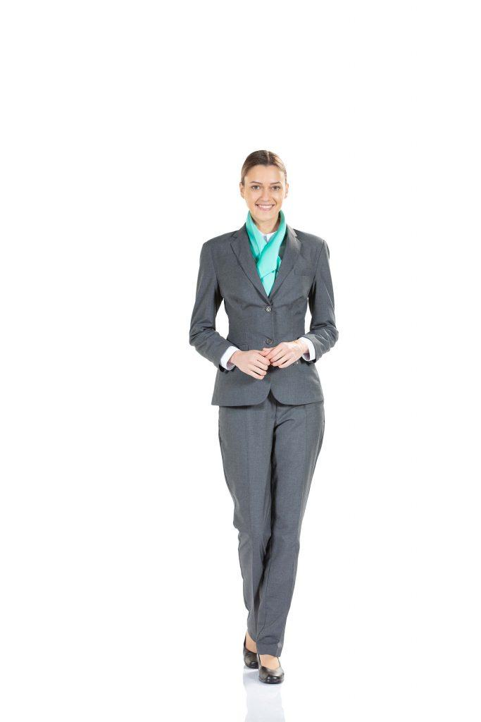 Blazer cinza, lenço de pescoço e calça clássica de senhora da Unifardas