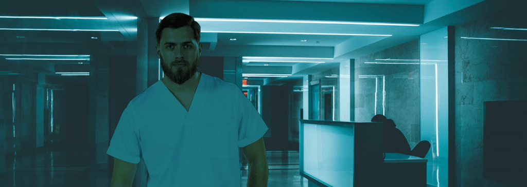Enfermeiro com uma farda hospitalar vestida para ser usada como equipamento de proteção individual hospitalar