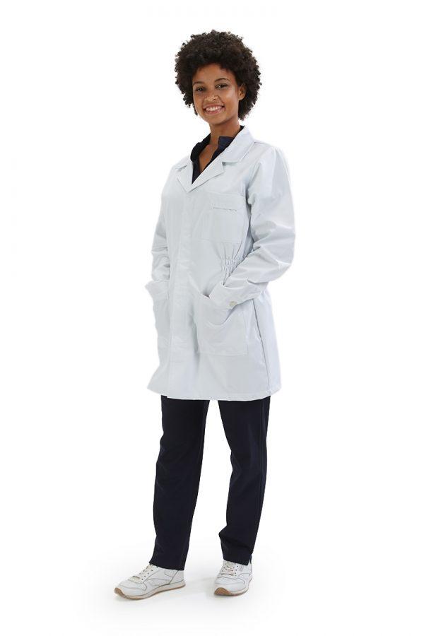 Senhora vestida com uma bata de médica para farda de saúde