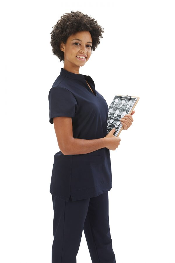 Senhora com calça para fardas de dentista com proteção antiviral